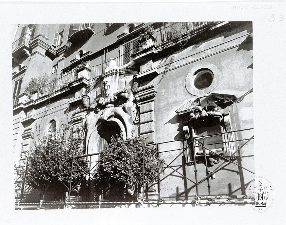 01 foto storica del fronte di Palazzo Zuccari con il Mascherone