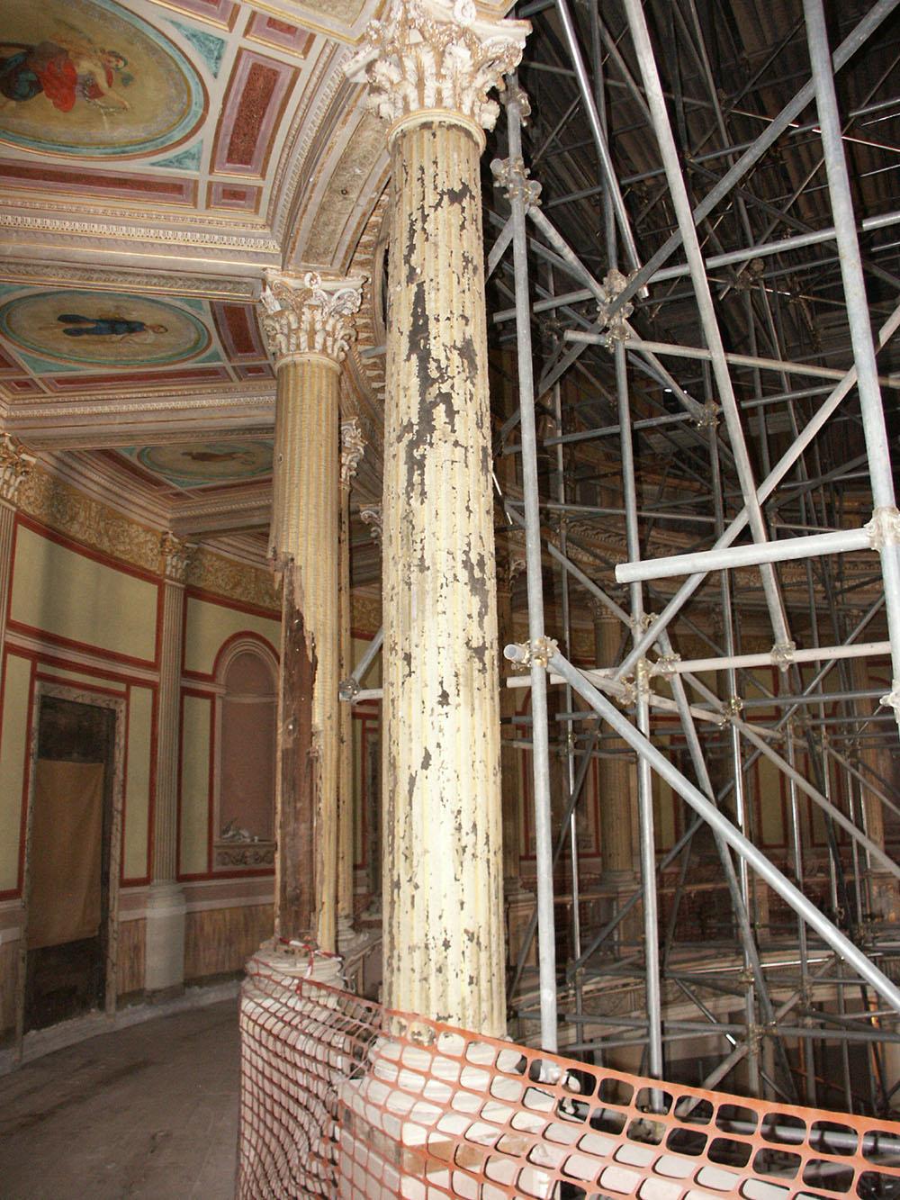 01 le colonne della galleria semicircolare interna del Teatro-stato di fatto