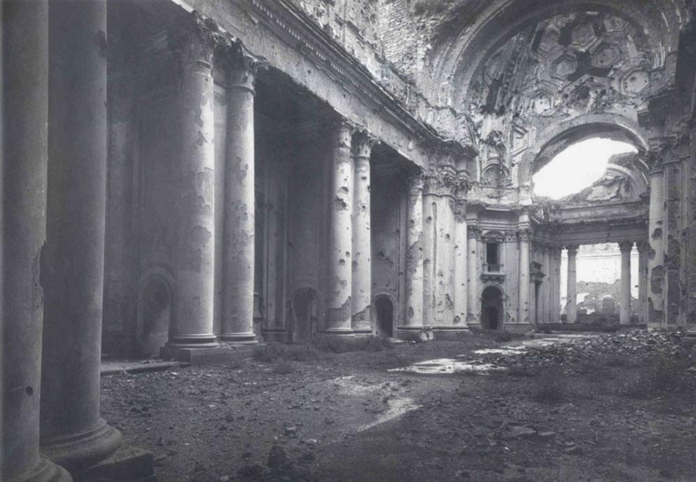01 l'interno della chiesa dopo i bombardamenti