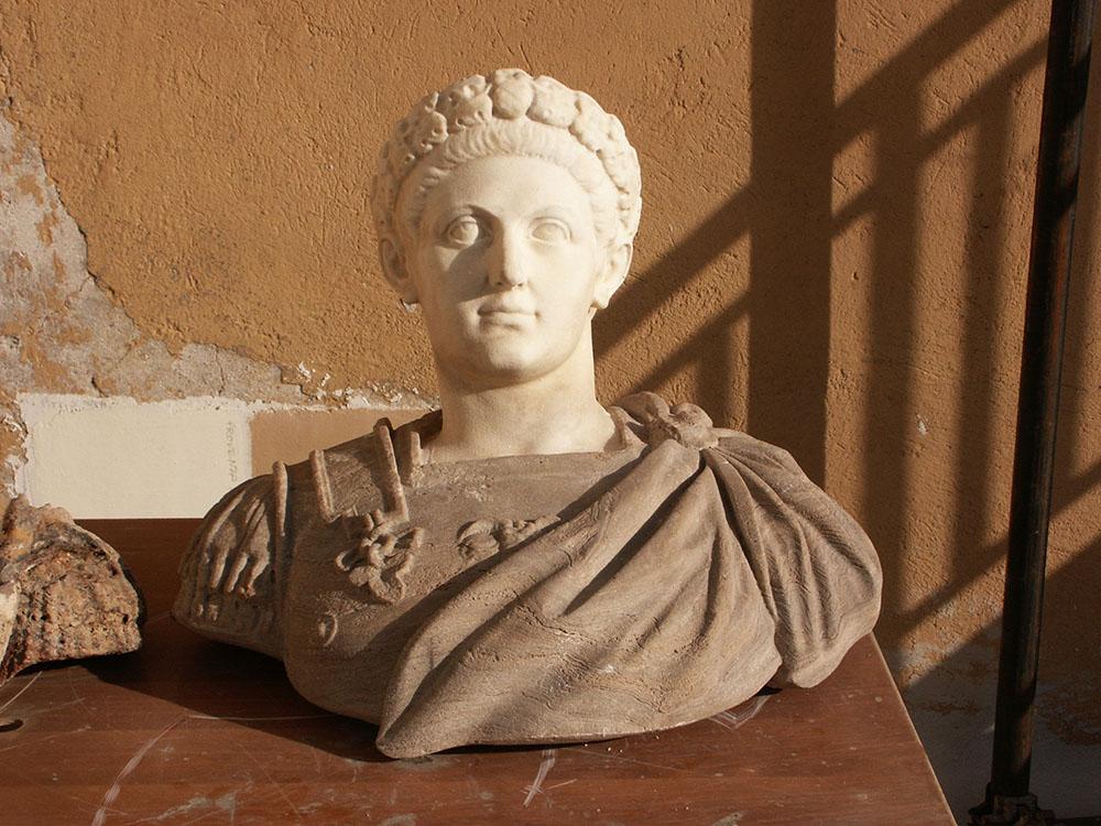 01-uno-dei-due-busti-in-marmo-policromo-posto-a-coronamento-del-terrazzo