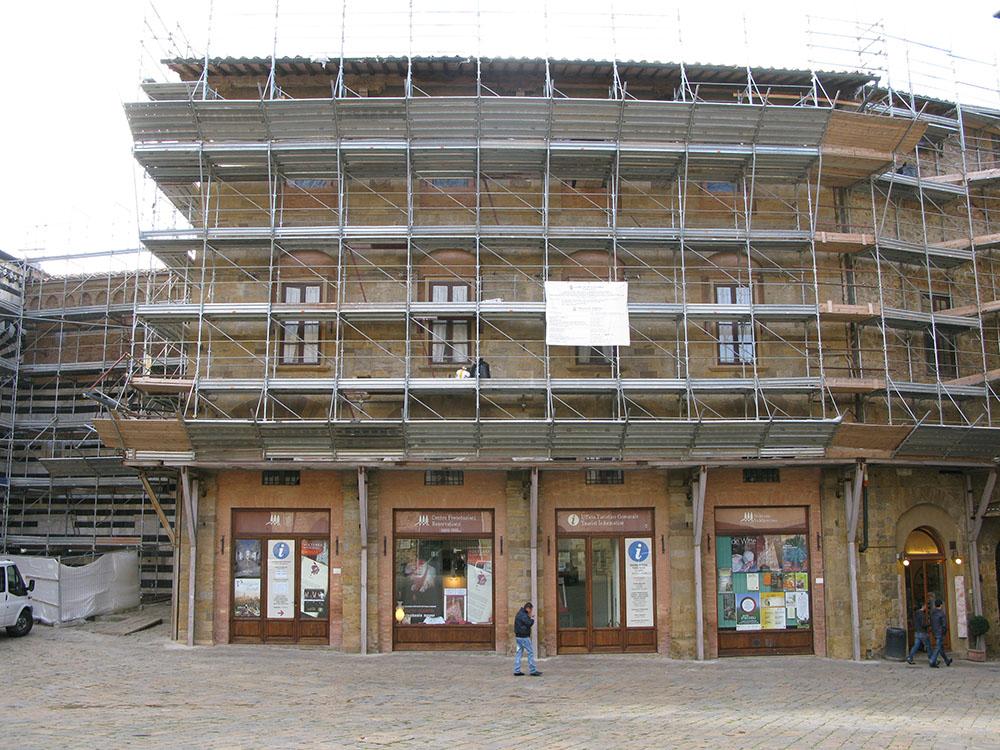 01 uno dei fronti del Palazzo durante le operazioni di restauro