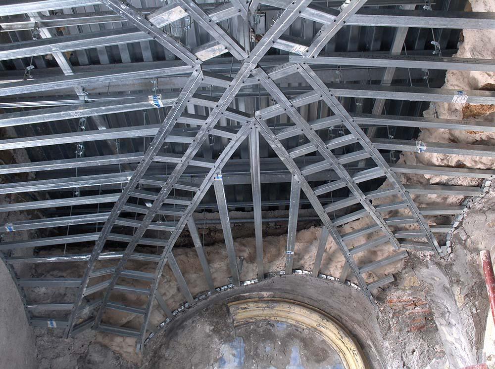 02 un dettaglio delle strutture metalliche impiegate per la ricostruzione delle volte