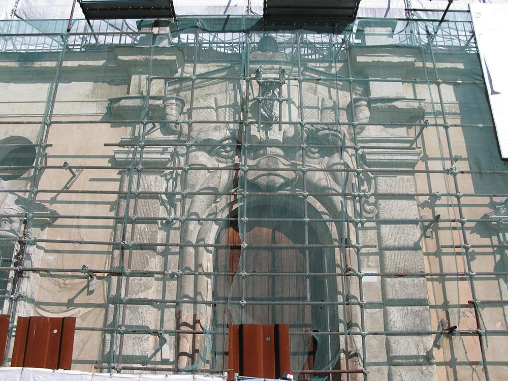 03 Il Mascherone con i ponteggi di protezione superficiale durante i lavori di ampliamento della Bibliotheca