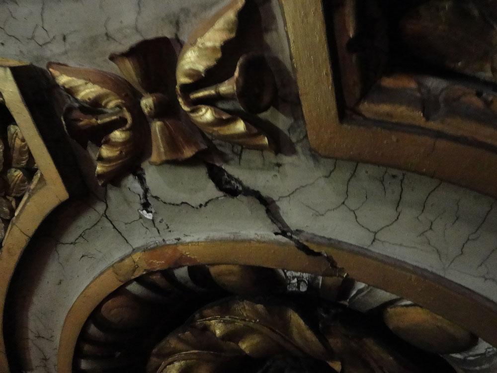 03 esempio dei gravi distacchi presenti in modo diffuso sui modellati in stucco