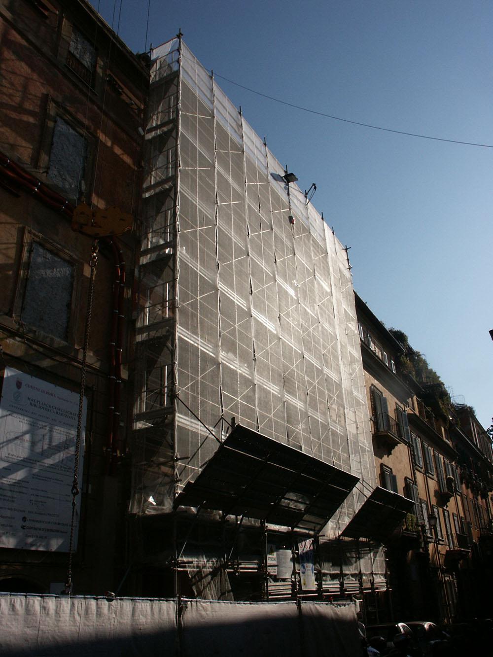 03a-la-facciata-di-Via-Gregoriana-con-i-ponteggi
