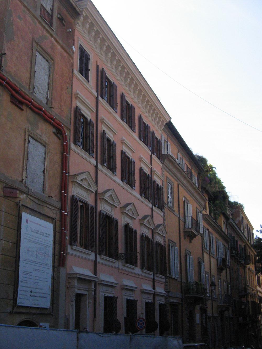 03b la facciata di Via Gregoriana dopo gli interventi di restauro
