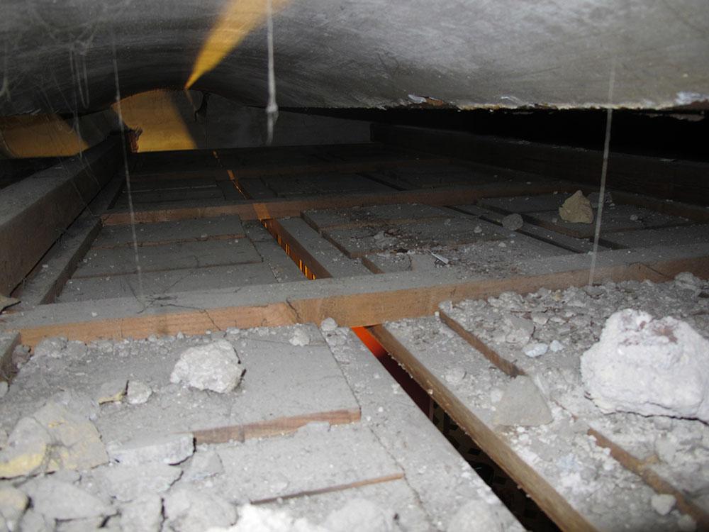 05 i detriti e i depositi presenti al di sopra della copertura lignea della sala