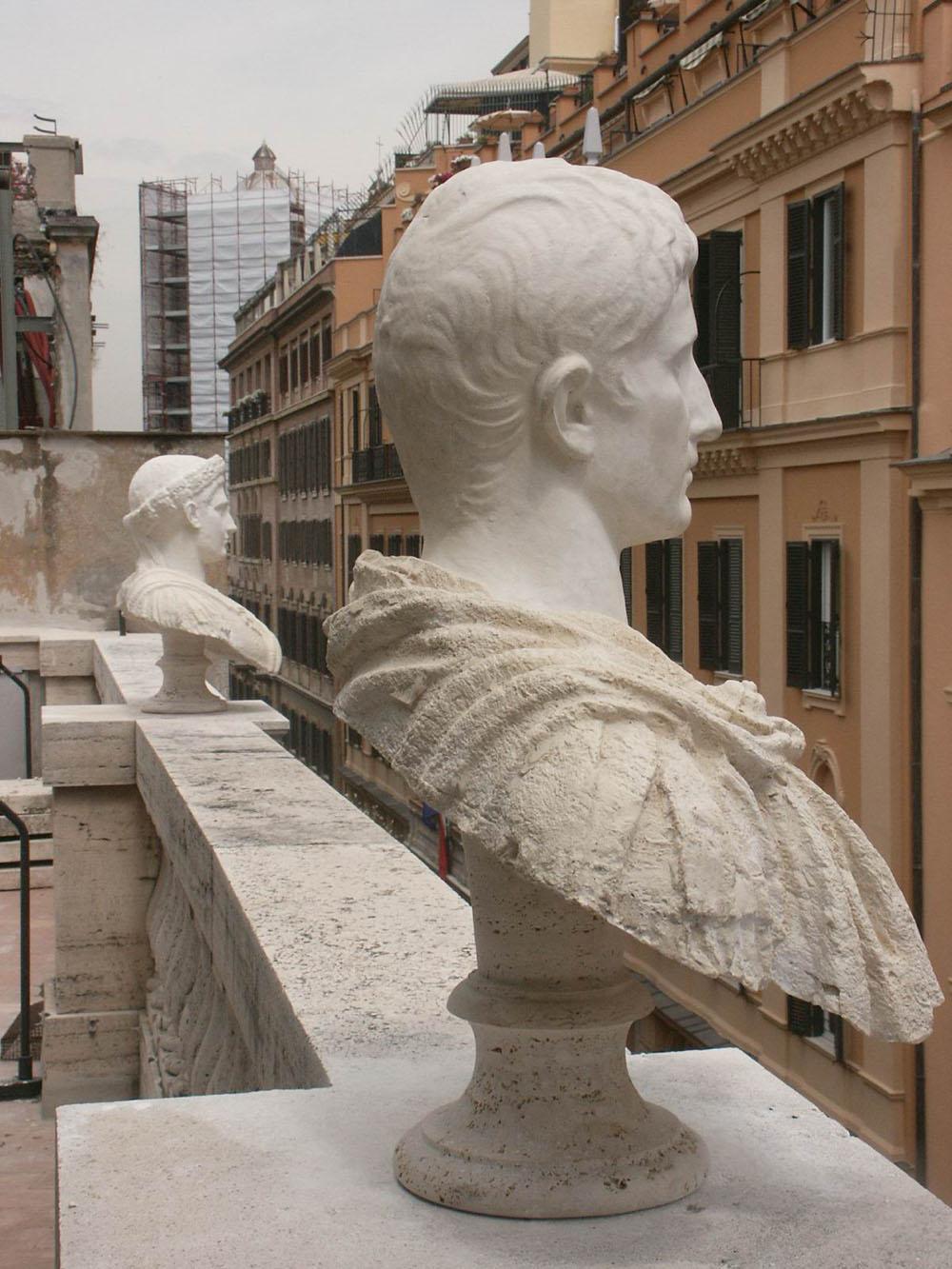 06-i-calchi-posti-sul-terrazzo-del-palazzo-in-sostituzione-dei-busti-originali