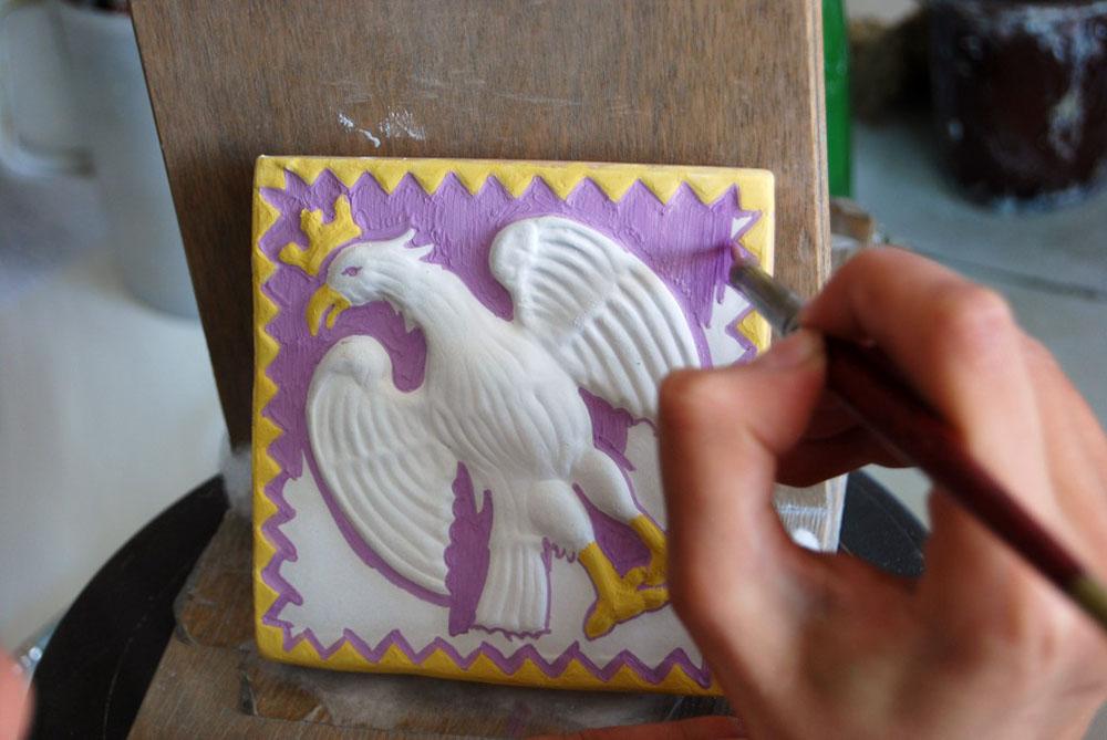 09 colorazione manuale di ogni singola mattonella decorativa