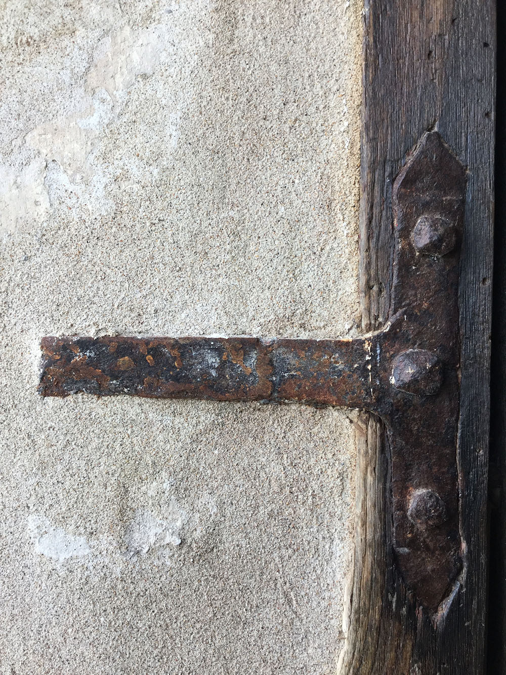 09 dettaglio di uno degli elementi metallici del portale