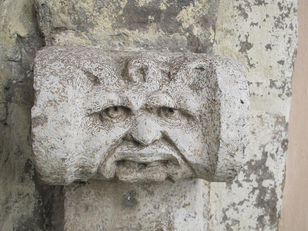 09 particolare  decorativo grottesco delle due finestre presenti sulla facciata
