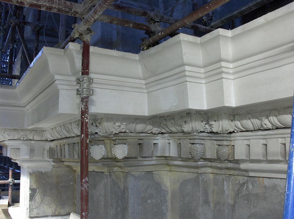 09 una porzione di cornicione ricostruita