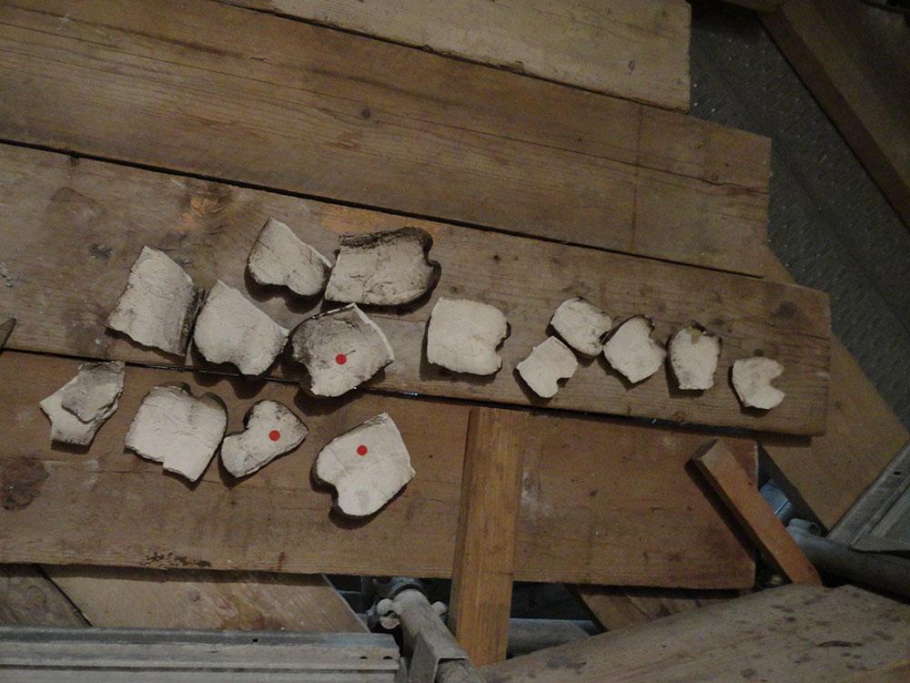 11 elementi di un apparato decorativo in stucco distaccati dal loro supporto