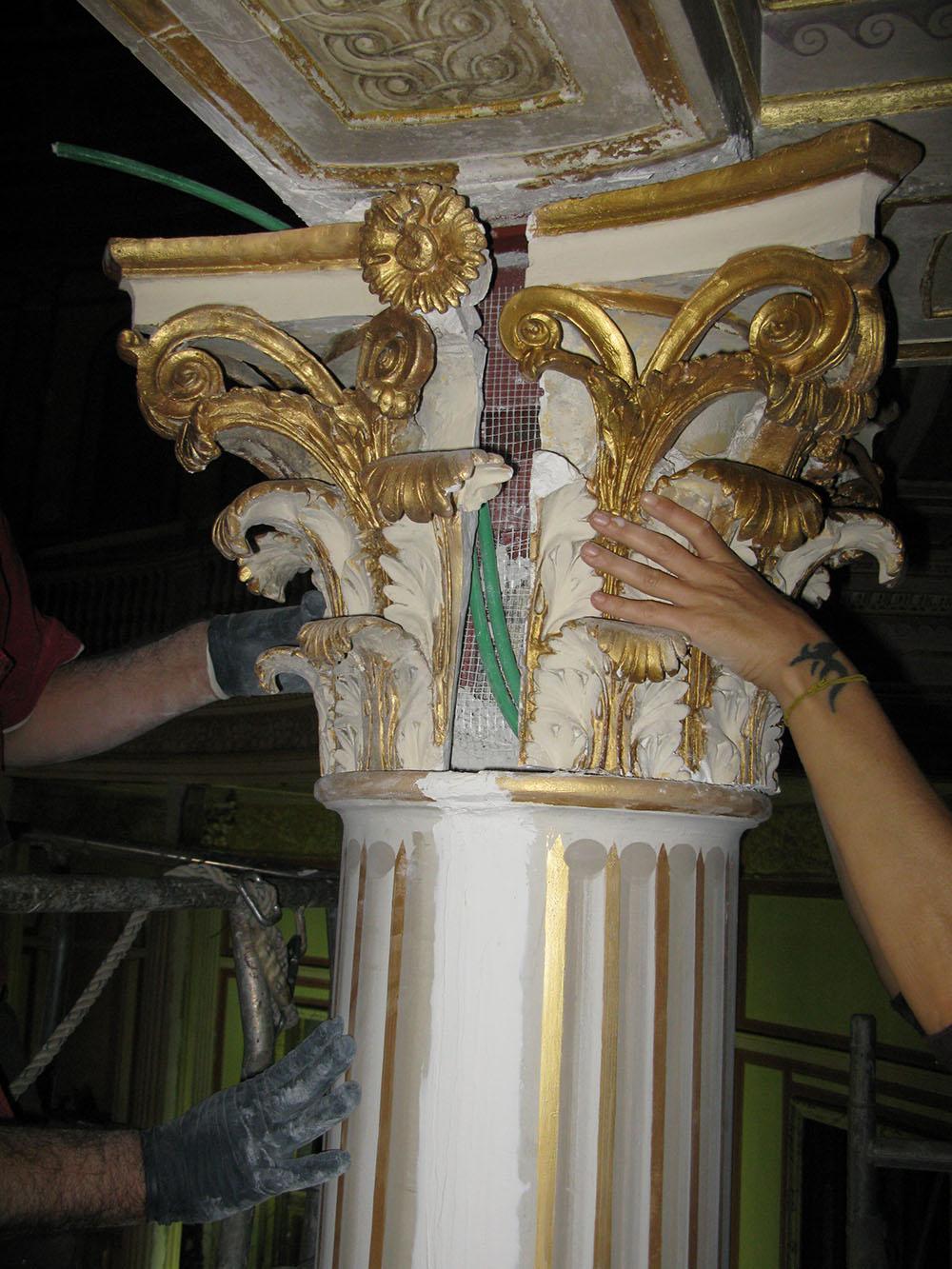 11b il riposizionamento di uno dei capitelli nella sala del Teatro
