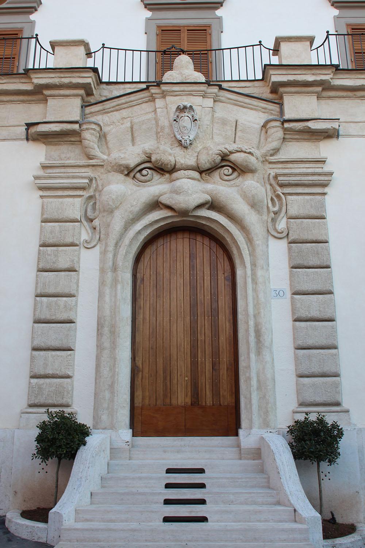 12 dettaglio del portale con il Mascherone dopo i restauri