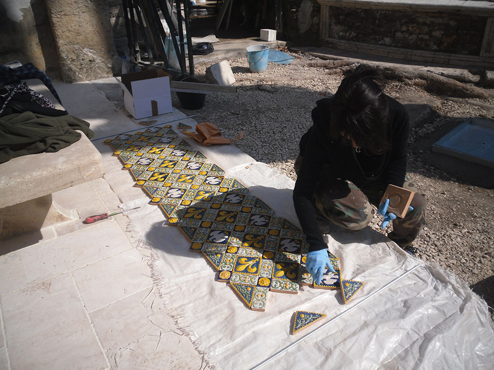12 le mattonelle decorative realizzate prima delle ricollocazione
