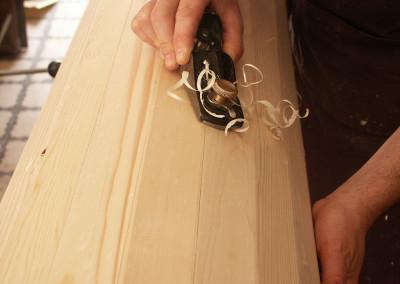 12b-dettaglio-della-lavorazione-del-legno-per-la-realizzazione-delle-nuove-colonne