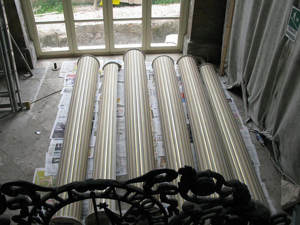 12o i nuovi rivestimenti lignei delle colonne della galleria prima della collocazione in sito