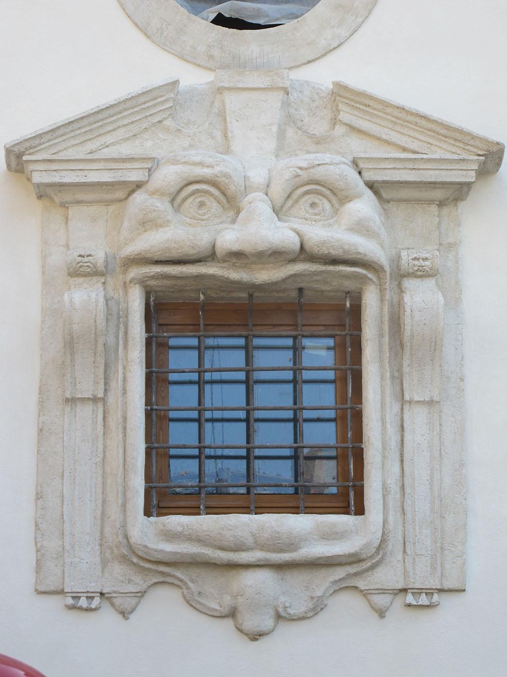 15 una delle due finestre del prospetto dopo gli interventi