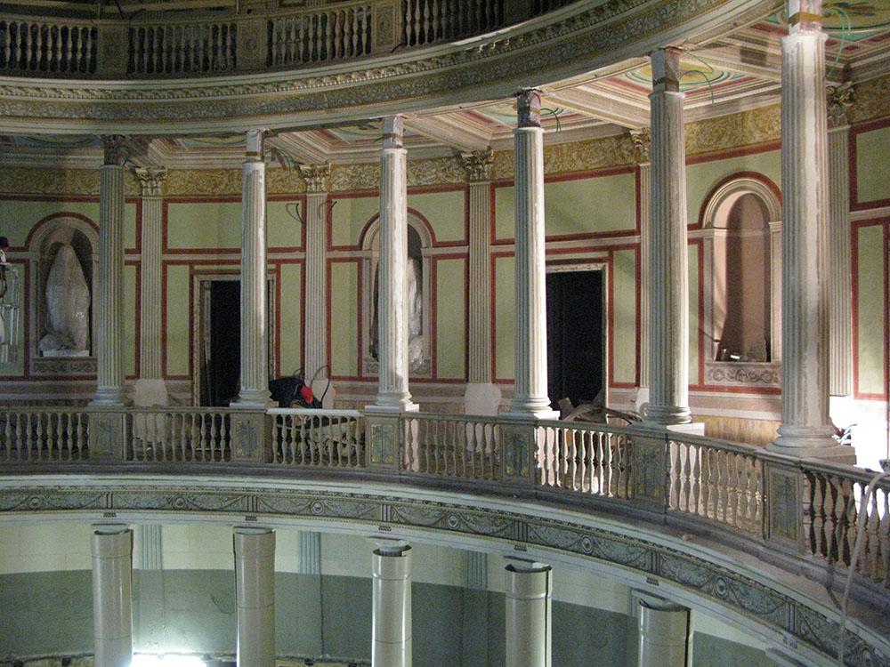 16 la fase di montaggio dei nuovi elementi lignei del colonnato