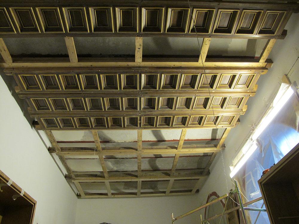 18 fase di rimontaggio dei cassettoni dopo il restauro