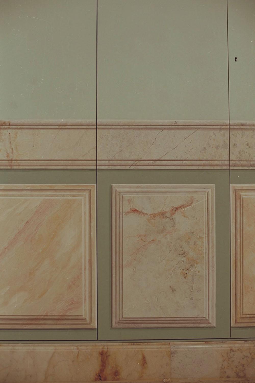 L 2 Appartamento privato - realizzazione di lambris a finto marmo su un armadio dettaglio